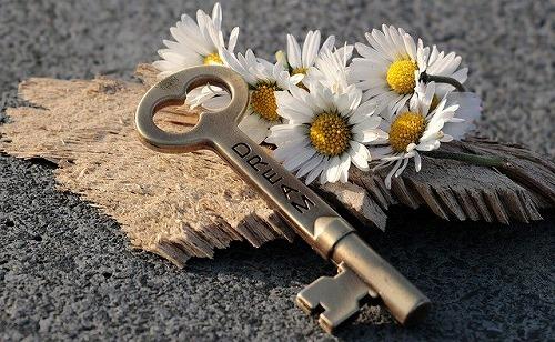 s key 3087898 640 - 不況の今こそ起業のチャンス!小さな複業からスタートしてみない?